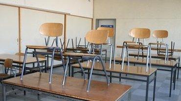 Schulklasse mit Stühlen auf dem Tisch